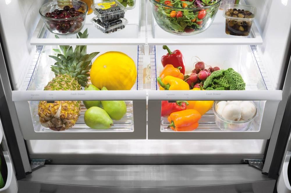 Под ящиками в холодильнике вода – что делать?