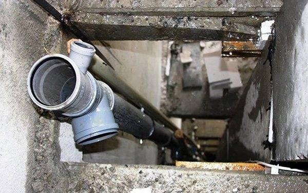 Запах из канализационных труб: причина и как избавится