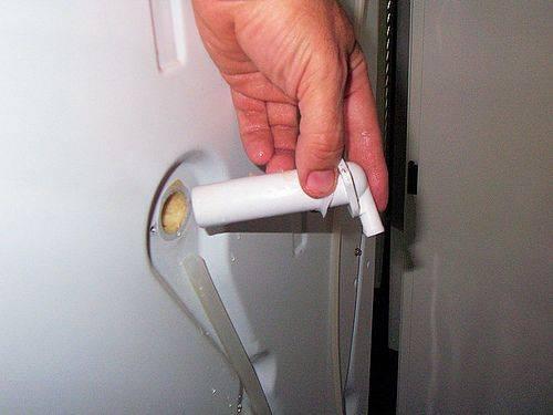 В холодильнике скапливается вода под ящиками, почему вода не уходит в отверстие и собирается под ящиками для фруктов