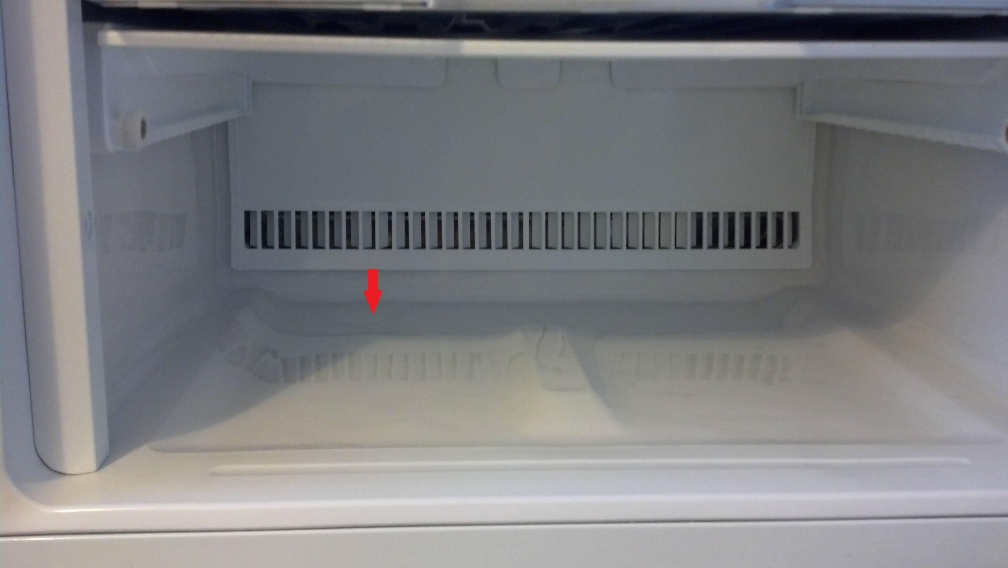Почему холодильник течет снизу и внутри: причина, что делать
