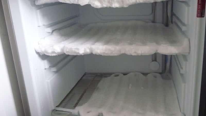 Холодильник в снегу — как его спасти: почему намерзает лед на задней стенке