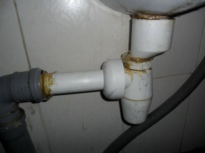 Запах из канализации в квартире: лучшие способы, как его устранить на кухне и в ванной