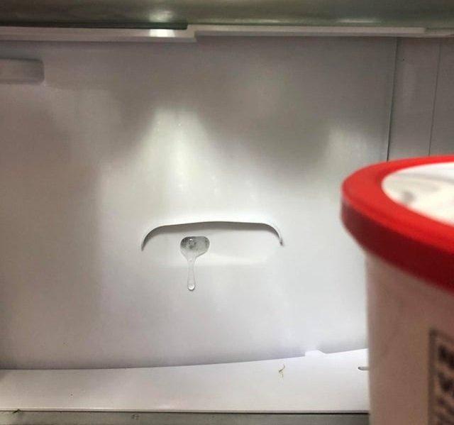 Почему течет холодильник снизу и внутри — причины